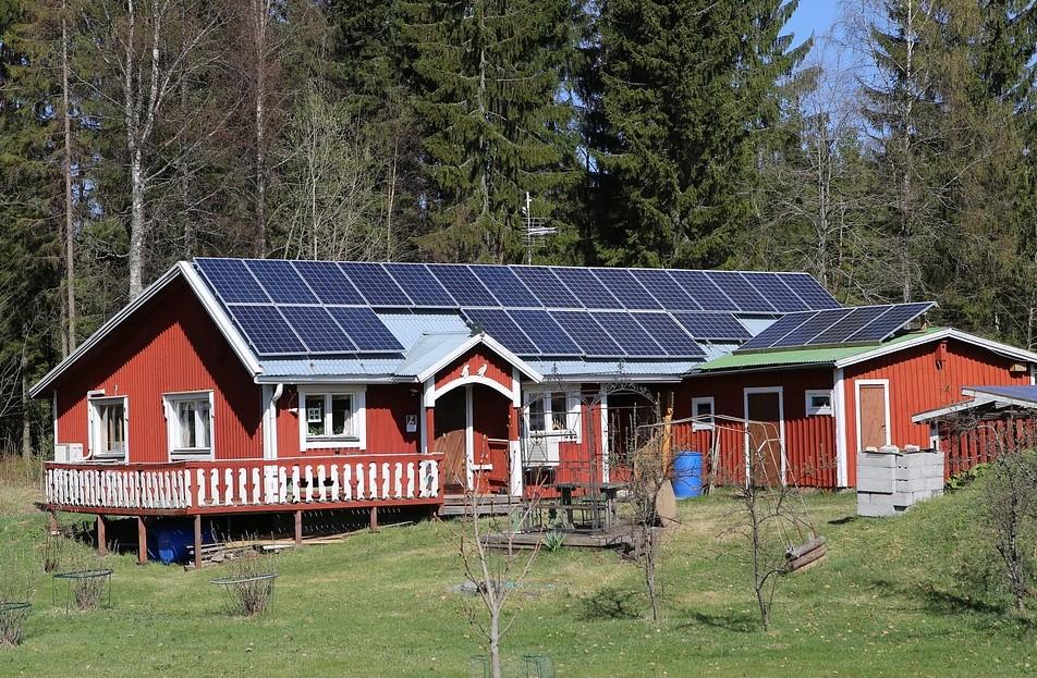 Energías renovables - Casa con placas solares fotovoltaicas