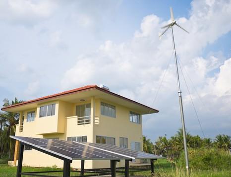 Aerogenerador más paneles solares fotovoltaicos